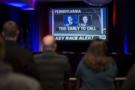 La pression était maximale pour les soutiens à Conor Lamb, le candidat démocrate, qui suivaient les résultats mardi 13 mars à Canonsburg (Pennsylvanie).