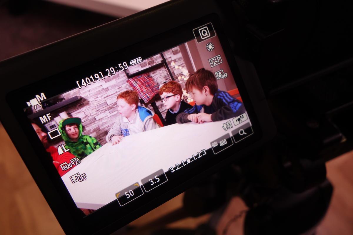 Ryan, Joe, Andy et Travis (dans l'ordre de gauche à droite) tournent une vidéo dans l'un des studios de la Tubers Academy.