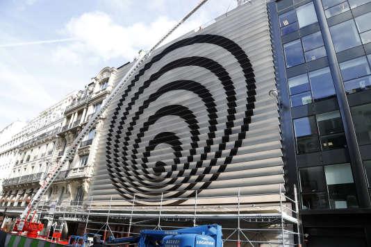 La façade du siège de RTL à Paris, en octobre 2017, encore ornée de la sculpture de Vasarely.