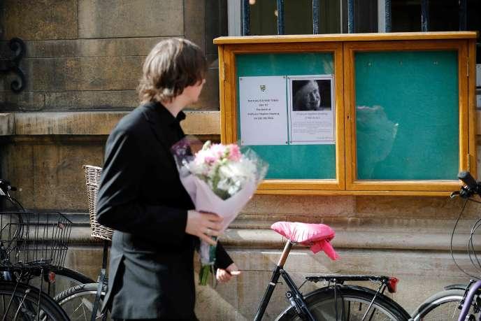 Devant le collège de Cambridge où enseignait Stephen Hawking, mercredi 14 mars.