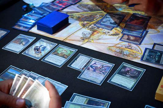 De même que le fonctionnement de certaines mécaniques de jeu, le design des cartes a largement évolué depuis la toute première édition.