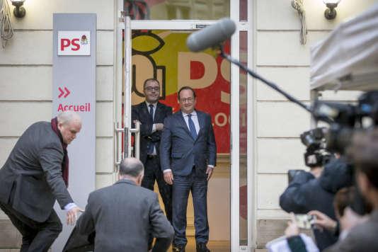 François Hollande, Rachid Temal et Bernard Cazeneuve au siège du PS, rue de Solférino à Paris, le 15 mars.