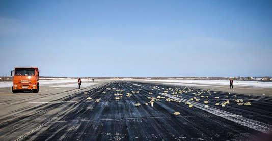 Des lingots éparpillés sur la piste de l'aéroport de Yakoutsk en Sibérie, le 15 mars.