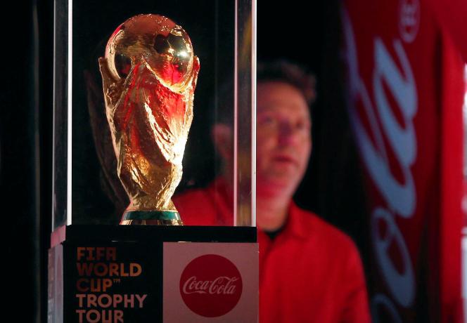 Le trophée de la Coupe du monde exposé au Caire, le 15 mars, dans le cadre d'une tournée mondiale.
