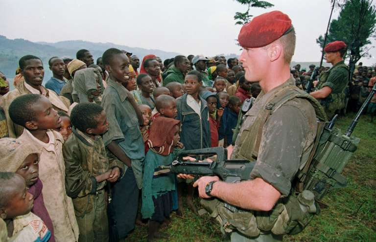 Deux soldats Français chargés de protéger des réfugiés tutsi montent la garde, le 30 avril 1994 au camp de Niashishi (Rwanda).