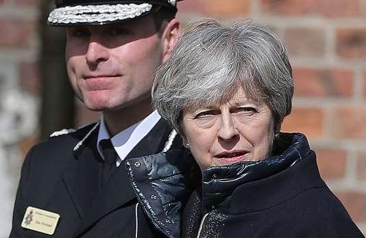 La première ministre britannique, Theresa May, accompagnée de Kier Pritchard, le chef de la police du Wiltshire, à Salisbury, le 15 mars 2018.