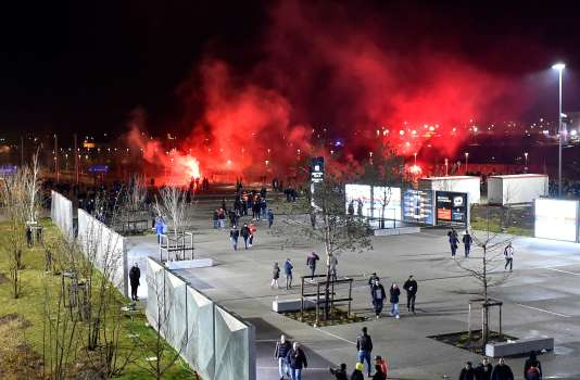 Des fumigènes dans le ciel de Décines en marge du match Lyon-CSKA Moscou, le 15 mars 2018.