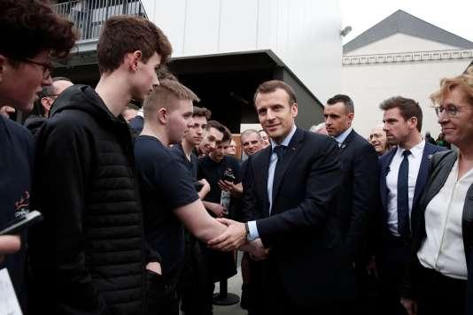 Emmanuel Macron visite un centre d'apprentissage, à Tours, mercredi 14 mars.