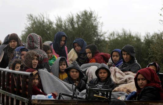 Des civils fuient Afrin, le 15 mars.
