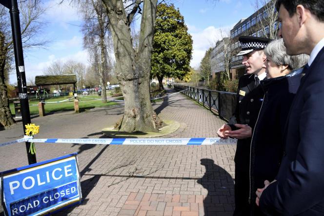 Theresa May sur les lieux de l'empoisonnement de Sergueï Skripal et sa fille, le 15 mars 2018.