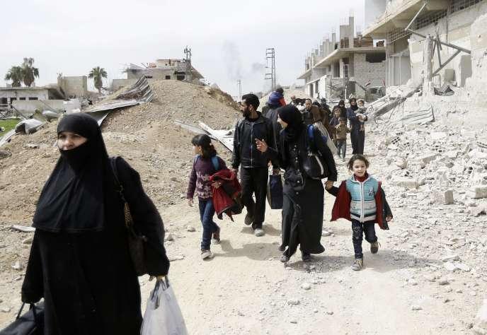 Des civils fuient, à l'est de la villede Hammouriyé, en Ghouta orientale, le 15 mars.