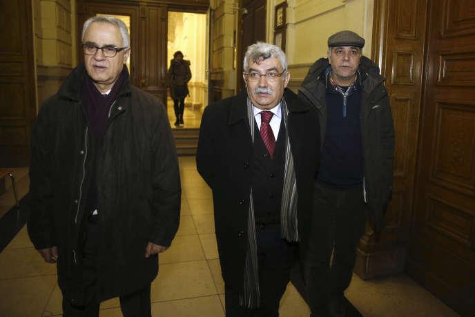Deux des représentants de la communauté kurde en Belgique, Remzi Kartal (à gauche) et Zubeydir Aydar (au centre), le 24 janvier 2017 à Bruxelles.