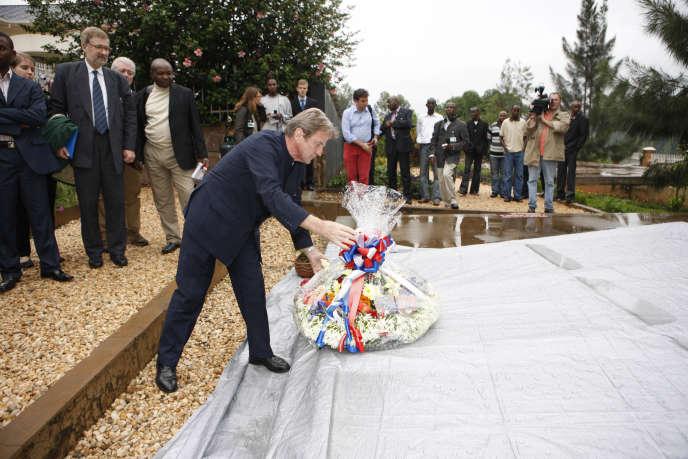 Le ministre des affaires étrangères Bernard Kouchner,le 26 janvier 2008, au mémorial du génocide rwandais, à Kigali.