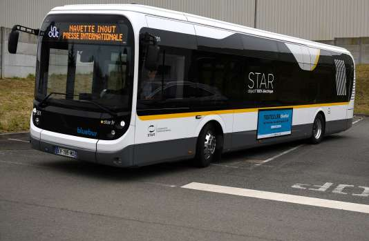 Un Bluebus électrique de Bolloré, le 14 mars, à Chartres-de-Bretagne (Ille-et-Vilaine).