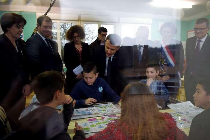 « Plus un pays est inégalitaire, plus la proportion de personnes issues de milieux économiquement défavorisés est faible parmi les élèves les plus performants» Emmanuel Macron dans une école primaire à Rilly-sur-Vienne, le 15 mars).