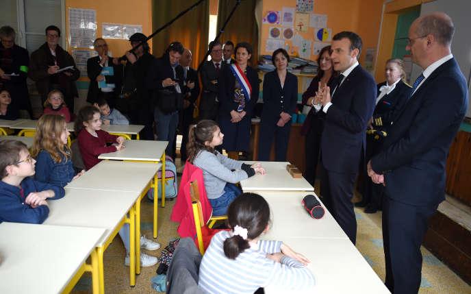 Le président, Emmanuel Macron, et le ministre de l'éducation,Jean-Michel Blanquer, lors d'un déplacement à l'école primairede Rilly-sur-Vienne (Indre-et-Loire), le 15 mars 2018.