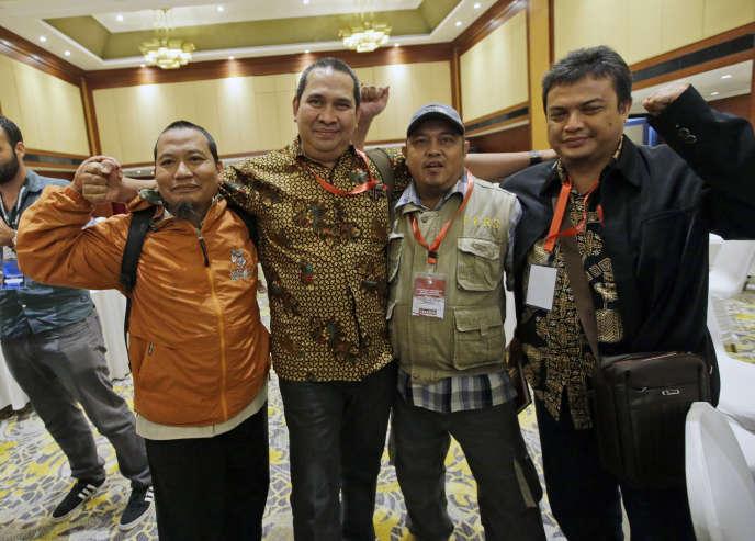 Une victime d'attentatpose avec des militants islamistes repentis lors d'une réunion de réconciliation, à Djakarta, le 28 février.