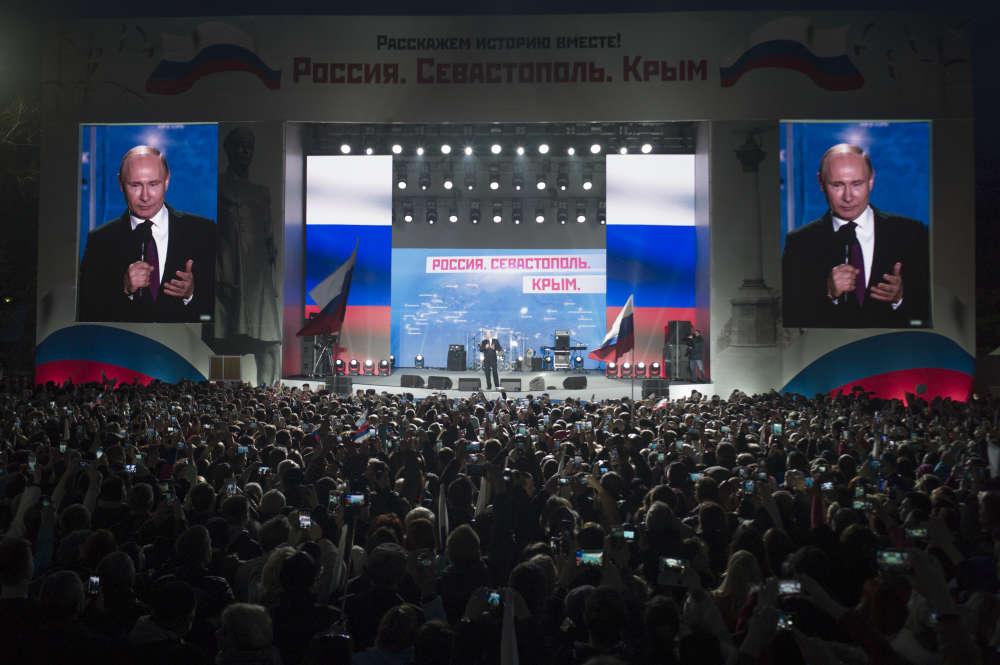 «Il y a quatre ans, vous avez pris une décision historique.Vous avez montré au monde entier ce qu'est une vraie démocratie et non une démocratie de façade», a dit Vladimir Poutine, avant de lancer, le geste accompagnant la parole: «Je vous serre fort dans mes bras.» Puis il s'en est allé.