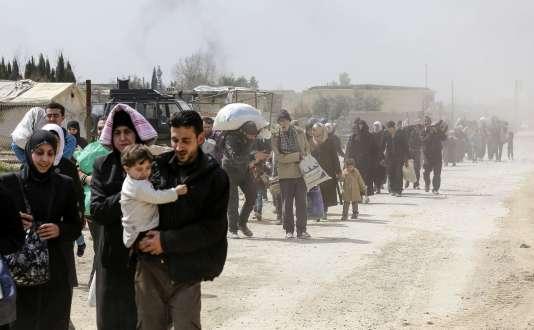 Des Syriens quittent la Ghouta orientale, le 15 mars 2018.