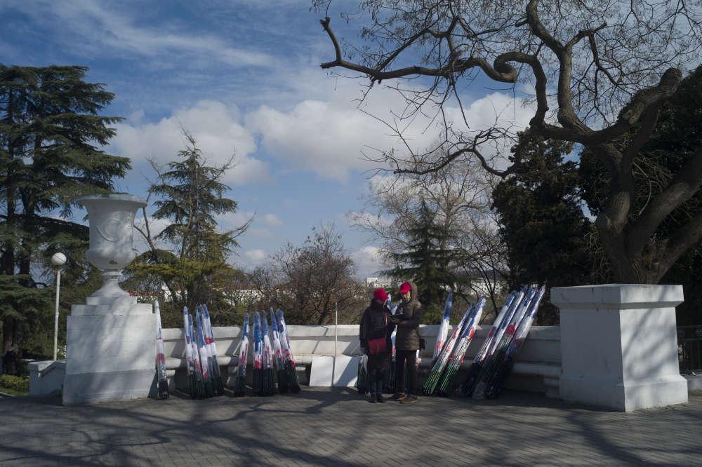 Les organisateurs comptent les drapeaux russes, avant de les distribuer aux personnes venues des différentes villes de Crimée en bus pour assister au rassemblement en l'honneur du quatrième anniversaire de l'annexion de la Crimée par la Russie.