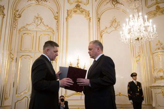 Le président slovaque, Andrej Kiska, reçoit la démission du premier ministre Robert Fico, jeudi 15 mars.
