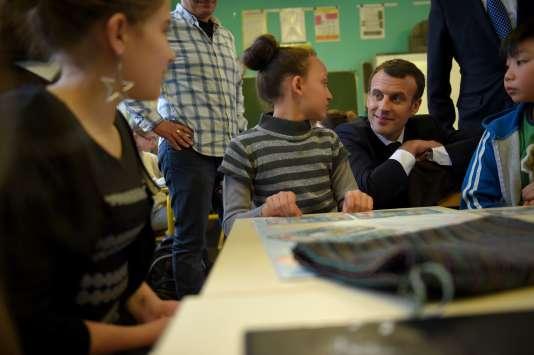 Emmanuel Macron en visite dans une école en mars.
