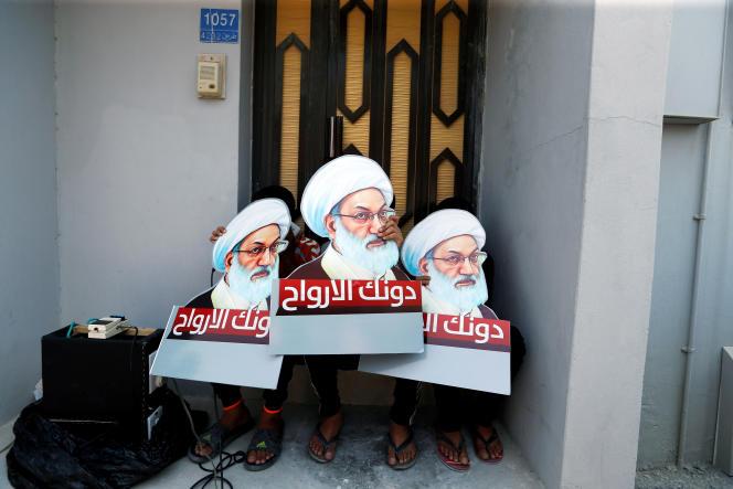 A Diraz, le sit-in en défense ducheikh Issa Qassem, guide spirituel des chiites de Bahreïn, a duré près d'un an. Il a été brutalement dispersé le 23mai2017. Ici, en août 2016, des manifestants arborent des pancartes à l'effigie du chef religieux:« Nos âmes te défendent».