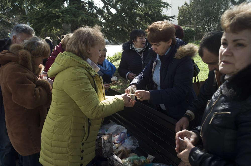 Des habitants venus de Kertch préparent un pique-nique avant le rassemblement.