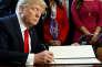 Donald Trump, lors de la signature de décretsvisant à remettre en cause la loi Dodd-Frank, le 3 février, à Washington.