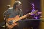 Le bassiste Richard Bona en concert au Casino de Paris en novembre 2012.