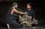 Le prisonnier (Hiran Abeysekera) et sa sœur dans la pièce (Kalieaswari Srinivasan).