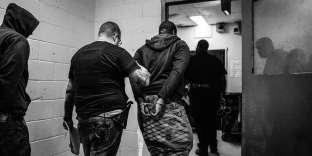 Deux détenus sont escortés à la prison de Rikers Island, en octobre 2017.