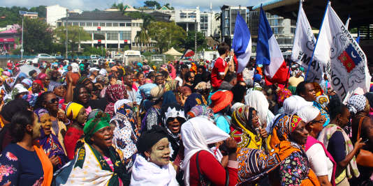 Des manifestants brandissant les drapeaux français et mahorais, place de la République à Mamoutzou (Mayotte), le 13 mars 2018.