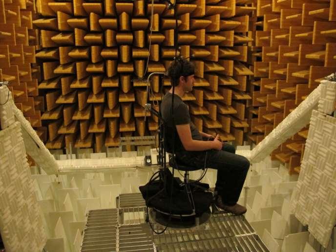 Pour l'expérimentation, il est nécessaire d'éliminer la réverbération des sons, comme dans cette chambre anéchoïque de l'université du Colorado.