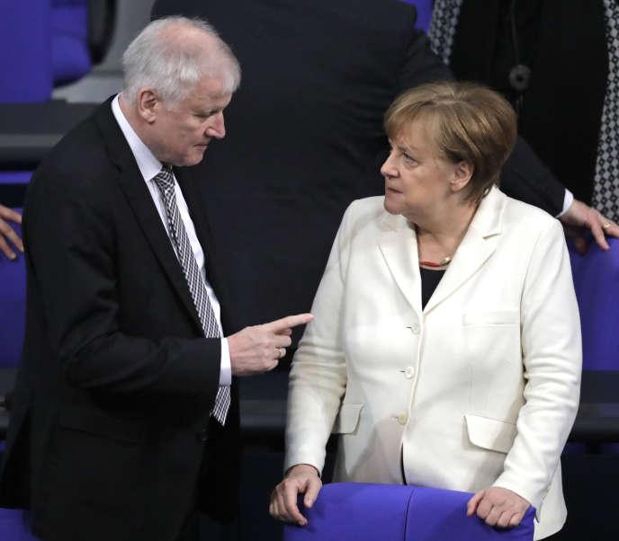 Horst Seehofer, le ministre de l'intérieur, avec la chancelière Angela Merkel, à Berlin, le 14 mars 2018.