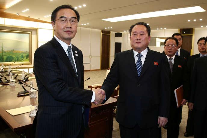 Rencontre le 9 janvier entre le ministre sud-coréen de l'unification, Cho Myoung-gyon (à gauche), et son homologue nord-coréen Ri Son-gwon, à Panmunjom, dans la zone démilitarisée entre les deux Corées.