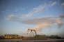 Un ensemble de nouveaux logements à proximité d'une station de pompage de pétrole, àMidland (Texas), en octobre 2017.