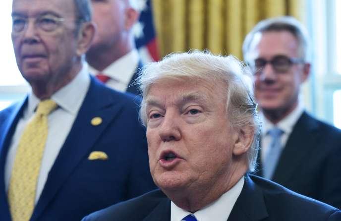 Le président américain Donald Trump annonce le feu vert au projet de pipeline Keystone XL, le 24 mars, au bureau Ovale de la Maison Blanche à Washington.
