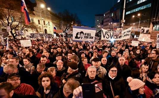 Les manifestants réclament « une Slovaquie décente » , contre la corruption et en mémoire au journaliste décédé, Jan Kuciak, à Bratislava, vendredi16 mars.