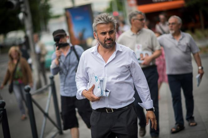 Alexis Corbière (La France insoumise) lors de sa campagne pour les législatives, à Bagnolet (Seine-Saint-Denis), en juin 2017.