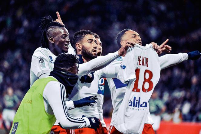 L'attaquant lyonnais Nabil Fékir exhibe son maillot, au stade Geoffroy-Guichard, à Saint-Etienne, le 5 novembre 2017.