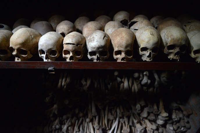 Des crânes humains exposés au mémorial du génocide à Nyamata, au Rwanda. Ce mémorial est situé à côté d'une église. Environ 10 000 personnes s'y étaient réfugiées au début du génocide en avril 1994, considérant le lieu sûr, mais ont toutes été tuées.