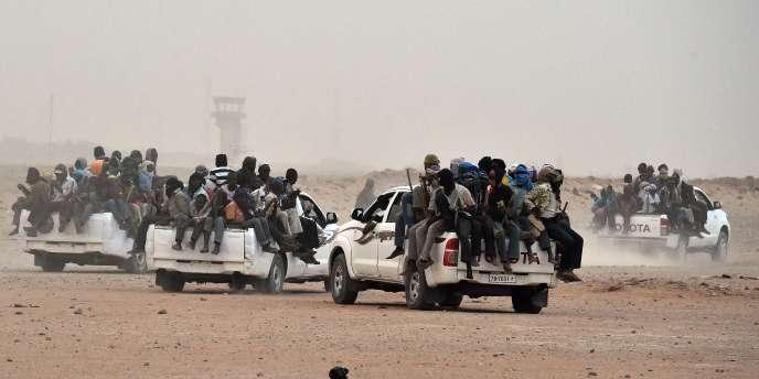 Des dizaines de migrants en partance pour la Libye, à Agadez, au Niger, en juin 2015.