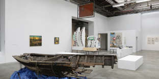 «L'ennemi de mon ennemi», installation de Neïl Beloufa au Palais de Tokyo à Paris, avec une barque en bois provenant du décor du film de Christopher Nolan, «Dunkerque»(2017).