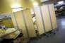 Au service des urgences de l'hôpital Henri-Mondor, à Créteil (Val-de-Marne), en décembre2017. Un patient épileptique est protégé des regards par des paravents.