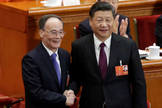 Xi Jinping (à droite) serre la main du nouveau vice-président élu Wang Qishan, le 17mars.