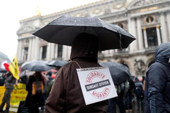 Un manifestant lors d'une marche à Paris contre le projet loi asile-immigration, le17mars.