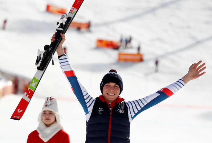 Arthur Bauchet, 17ans, célèbre sa médaille d'argent, samedi17 mars, sa quatrième obtenue lors des Jeux paralympiques de Pyeongchang.