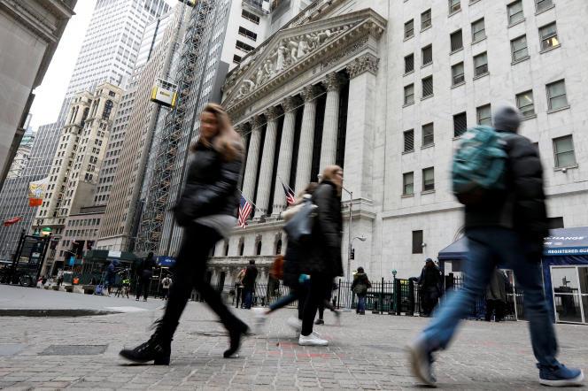 Devant Wall Street, à New York, le 6 février.