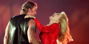 Johnny Hallyday et son ex-épouse Sylvie Vartan sur la scène du Parc des Princes à Paris, le 18 juin 1993, pour les cinquante ans du chanteur.